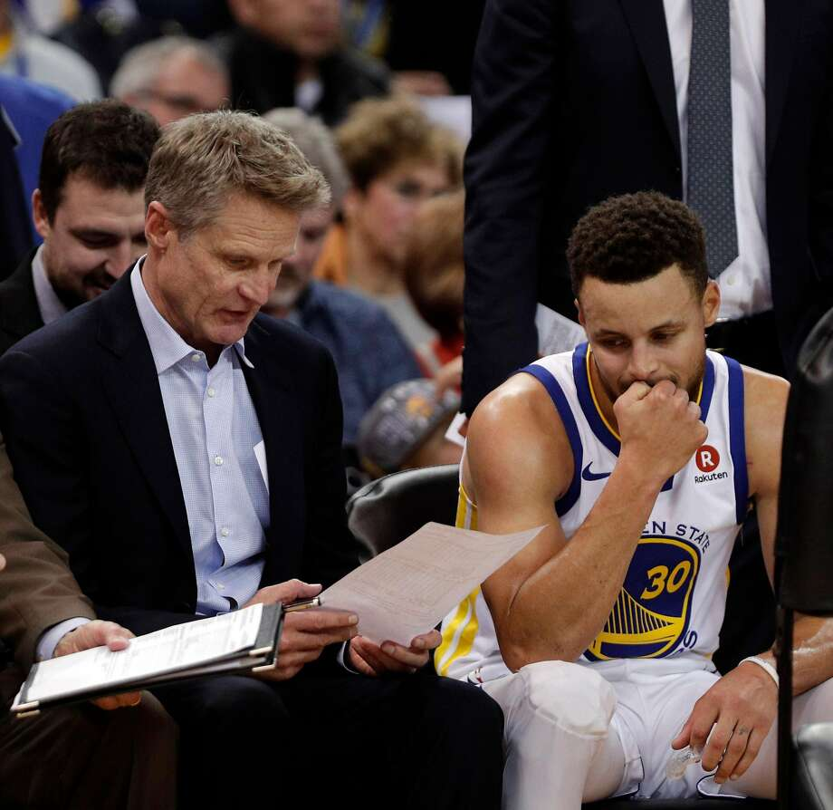 Steve Kerr and Stephen Curry (30) talk during a timeout in the second half as the Golden State Warriors played the New York Knicks at Oracle Arena in Oakland, Calif., on Tuesday, January 23, 2018. Photo: Carlos Avila Gonzalez, The Chronicle