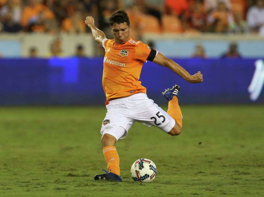 Houston Dynamo midfielder Tomas Martinez (25) performs a penalty kick during the first half of the MLS game at BBVA Compass Stadium Wednesday, Oct. 11, 2017, in Houston. ( Yi-Chin Lee / Houston Chronicle ) Photo: Yi-Chin Lee, Houston Chronicle / © 2017  Houston Chronicle