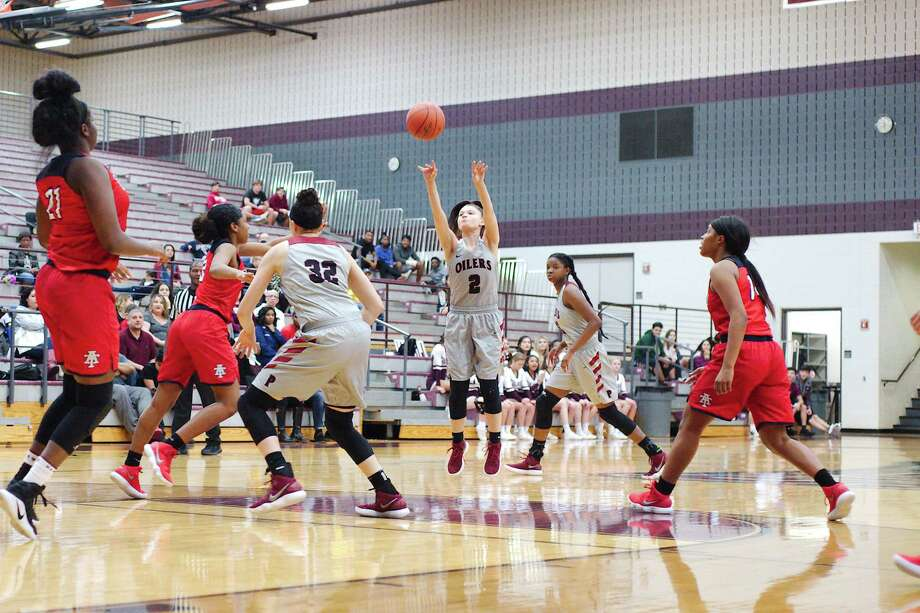 Pearland's Macey Braswell (2) scored 21 points to lead the Lady Oilers to a District 23-6A victory over Alief Taylor Friday night for the team's 20th win this season. Photo: Kirk Sides / © 2018 Kirk Sides / Houston Chronicle