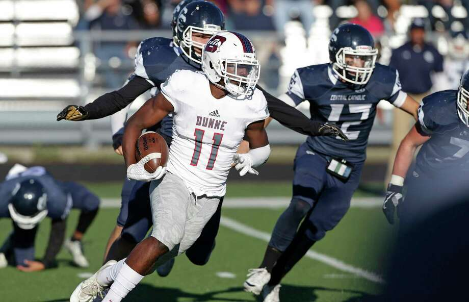 Brian Williams races to the outside to beat the Buttons as Central Catholic hosts Dallas Bishop Dunne in the TAPPS Division I second round football playoffs at Benson Stadium on November 19, 2016. Photo: Tom Reel, San Antonio Express-News / 2016 SAN ANTONIO EXPRESS-NEWS