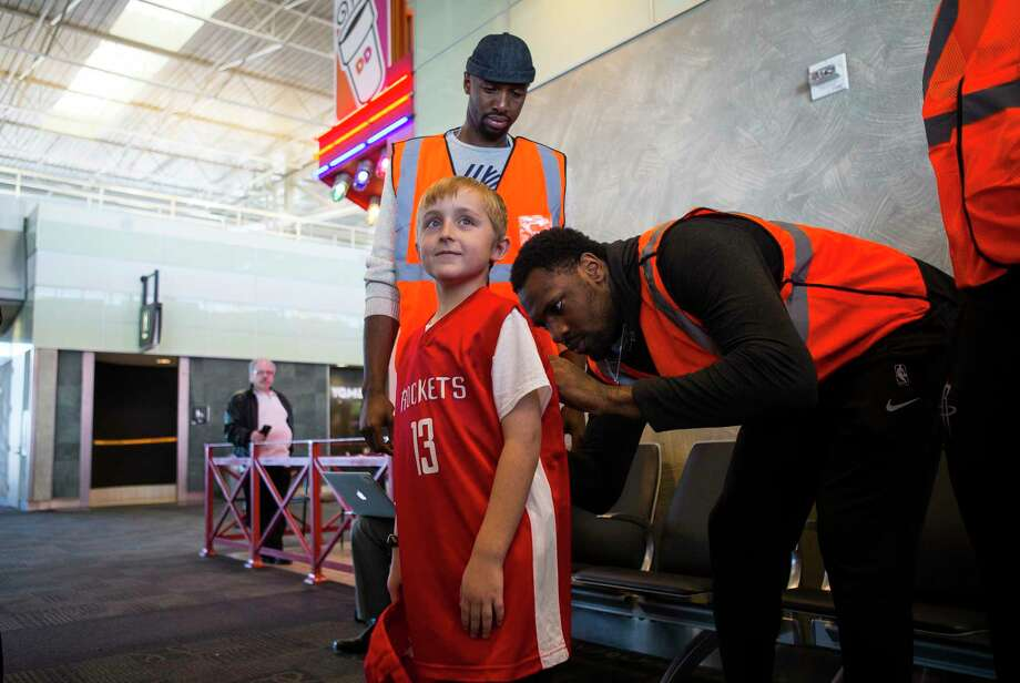 Houston Rockets forward Tarik Black signs a jersey for nine-year-old Joel Guillory at William P. Hobby Airport, Monday, Jan. 29, 2018, in Houston. Photo: Mark Mulligan, Houston Chronicle / © 2018 Houston Chronicle