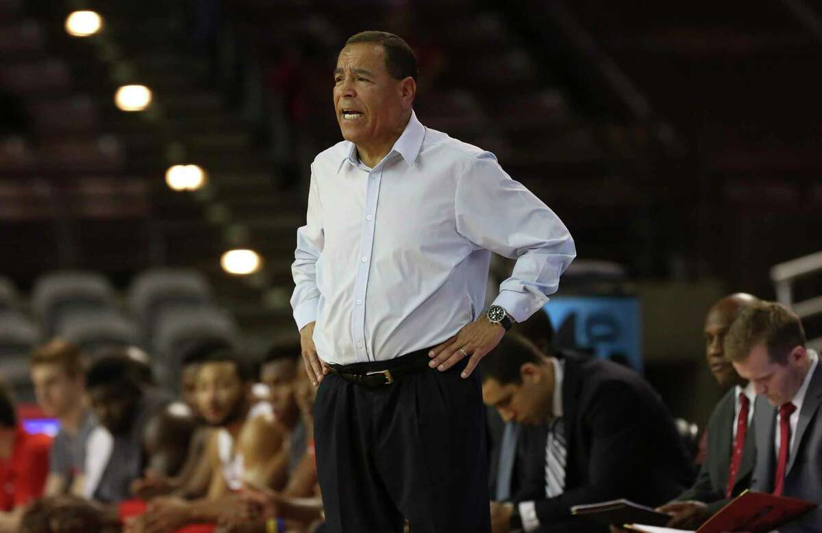 Houston Cougars head coach Kelvin Sampson talks to his players during the first half of the American Athletic Conference game against the South Florida Bulls at H&PE Arena on Sunday, Jan. 28, 2018, in Houston. ( Yi-Chin Lee / Houston Chronicle )