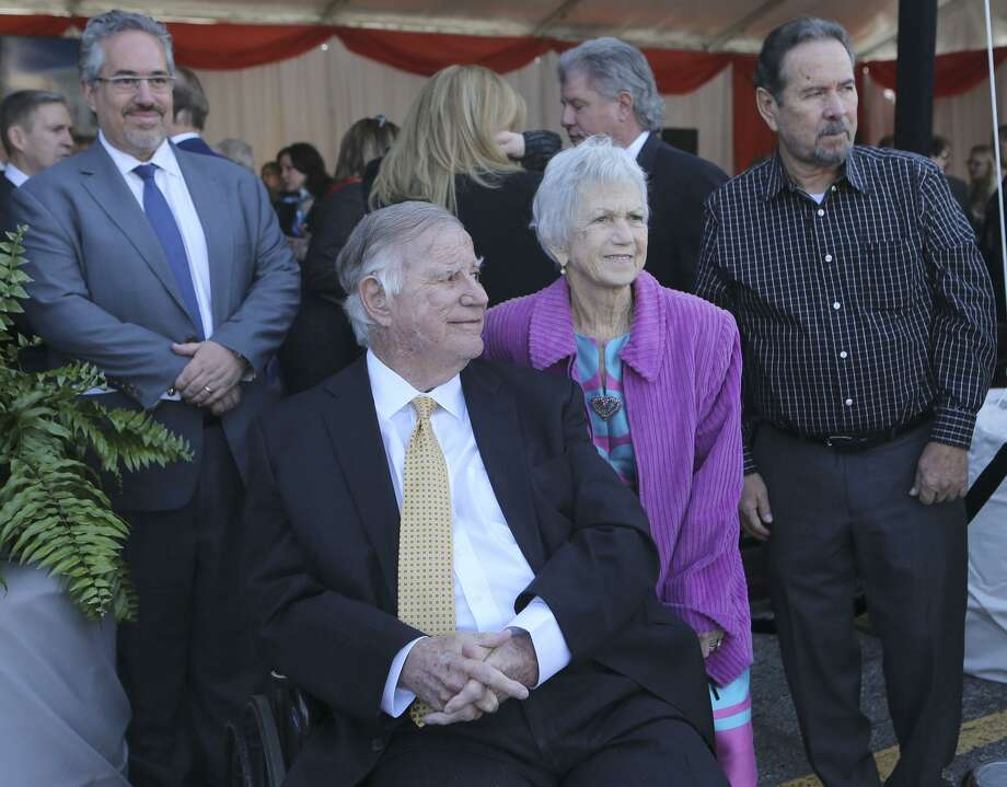 Lowry and Peggy Mays (center) watch as a sign is unveiled renaming the Cancer Therapy and Research Center the Mays Cancer Center. Photo: John Davenport / San Antonio Express-News / ©John Davenport/San Antonio Express-News