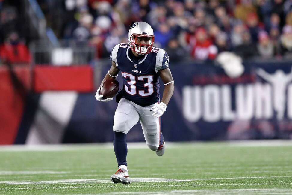 FOXBOROUGH, MA - JANUARY 13: Dion Lewis #33 of the New England Patriots carries the ball in the second quarter of the AFC Divisional Playoff game against the Tennessee Titans at Gillette Stadium on January 13, 2018 in Foxborough, Massachusetts. (Photo by Elsa/Getty Images)