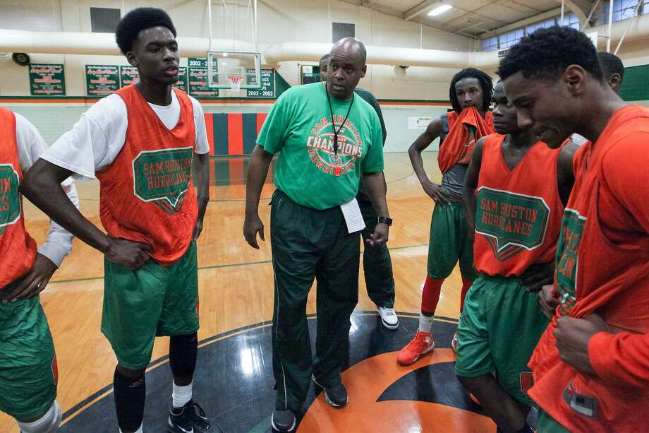 Sam Houston coach Ike Thornton (center) talks to the team at the conclusion of their practice sessiion at the school on Tuesday, March 4, 2014.  MARVIN PFEIFFER/ mpfeiffer@express-news.net Photo: MARVIN PFEIFFER, STAFF / Marvin Pfeiffer/ Express-News / Express-News 2014