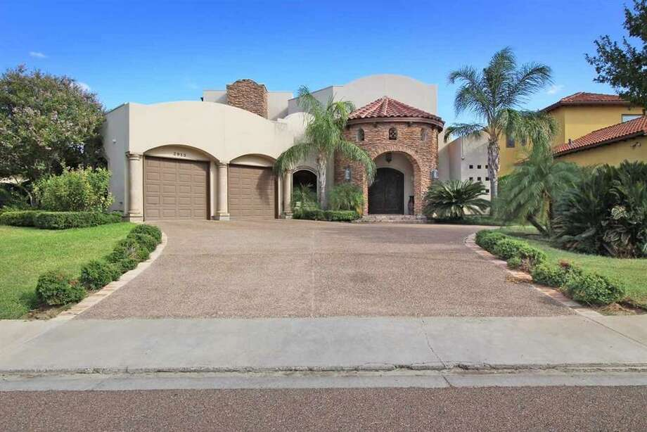 4 Bedrooms, 3.5 Baths, double car garage, with living area of approximately 3150 sqft.  Home has high ceilings an amazing award winning kitchen, travertine flooring, spacious covered patio and much more. Executive Realtors  (956) 791-9800