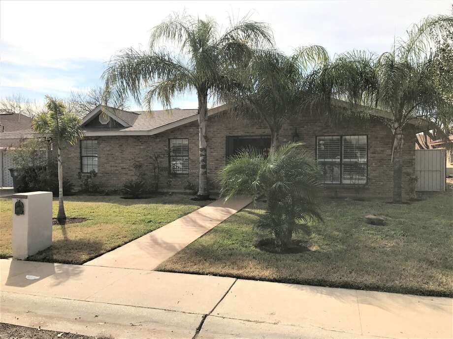 3 bedrooms/2 baths, Beautiful home located in great location!! Spacious restrooms, gated swimming pool and remarkable open concept. $250,000.