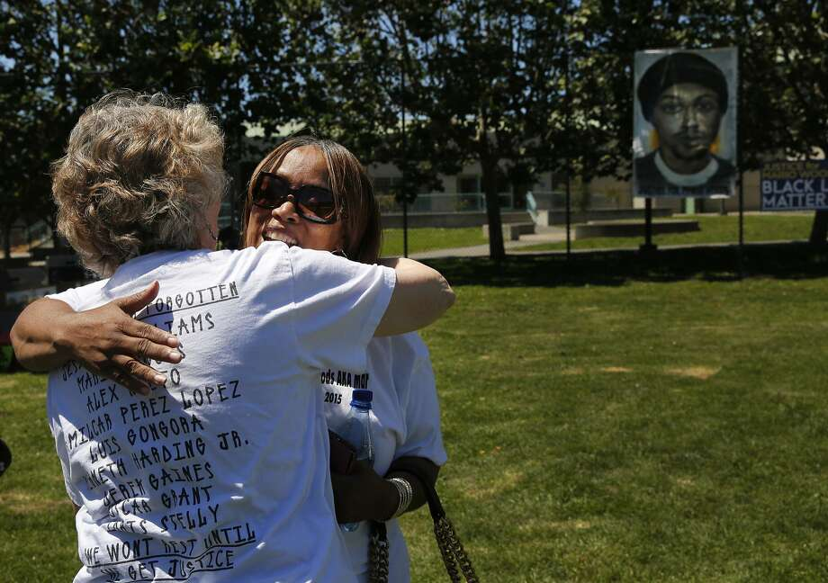 Dolores Piper and Gwen Woods share a tragic bond in both having loved ones who were killed by police. Photo: Leah Millis, The Chronicle