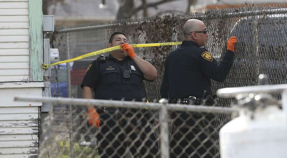 San Antonio police investigate the scene of a double shooting that took place Thursday in the 4100 block of South Presa. Photo: John Davenport /San Antonio Express-News / ©John Davenport/San Antonio Express-News