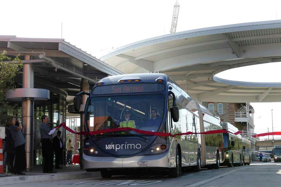A developing transit plan envisions seven rapid-transit corridors. The buses or trains on them would not have to fight traffic. It's cheaper, and more flexible and politically palatable than light rail. Photo: Billy Calzada /San Antonio Express-News / San Antonio Express-News
