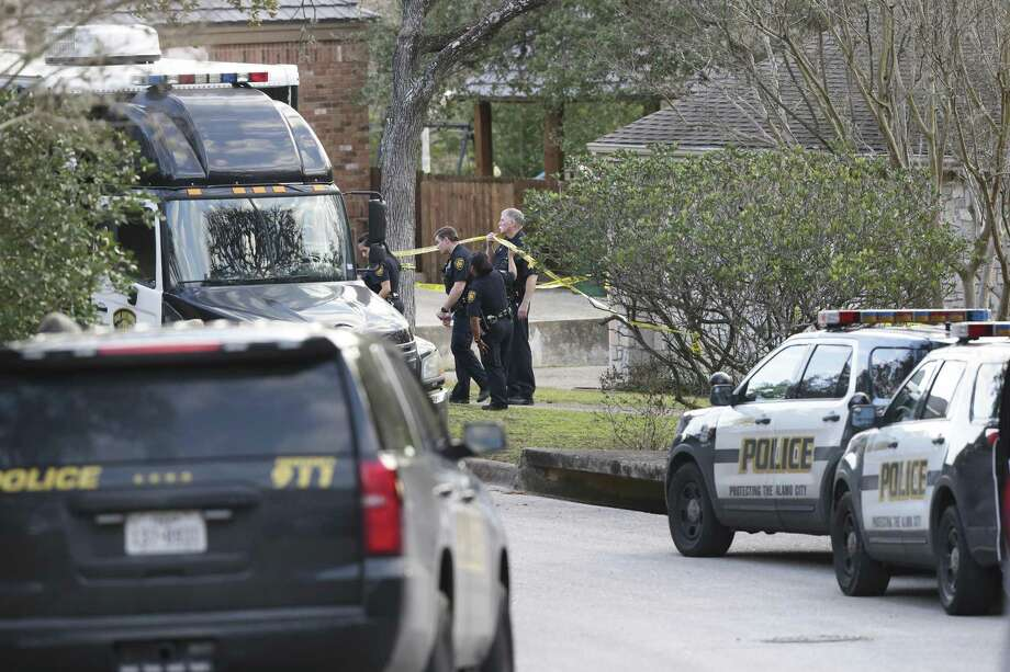 Police investigate the sene of a Jan. 27 officer-involved shooting on Bluffcircle. Photo: Tom Reel /San Antonio Express-News / 2017 SAN ANTONIO EXPRESS-NEWS