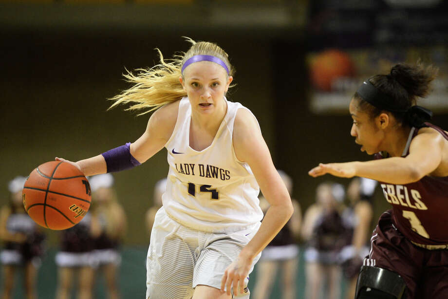 Midland High's Taysha Rushton (14) dribbles against Lee's Alaysha Green (3) Feb. 2, 2018, at Chaparral Center. James Durbin/Reporter-Telegram Photo: James Durbin