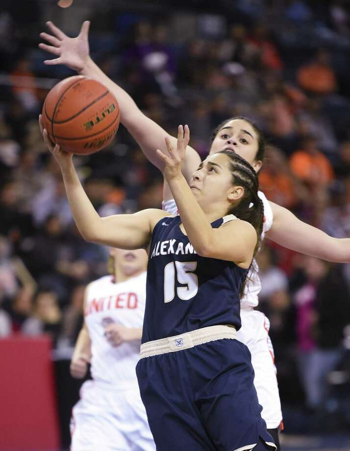 Alexander's MaCayla Munoz had a game-high 14 points and the Lady Bulldogs won 63-48 over rival United at LEA Friday. Photo: Danny Zaragoza /Laredo Morning Times