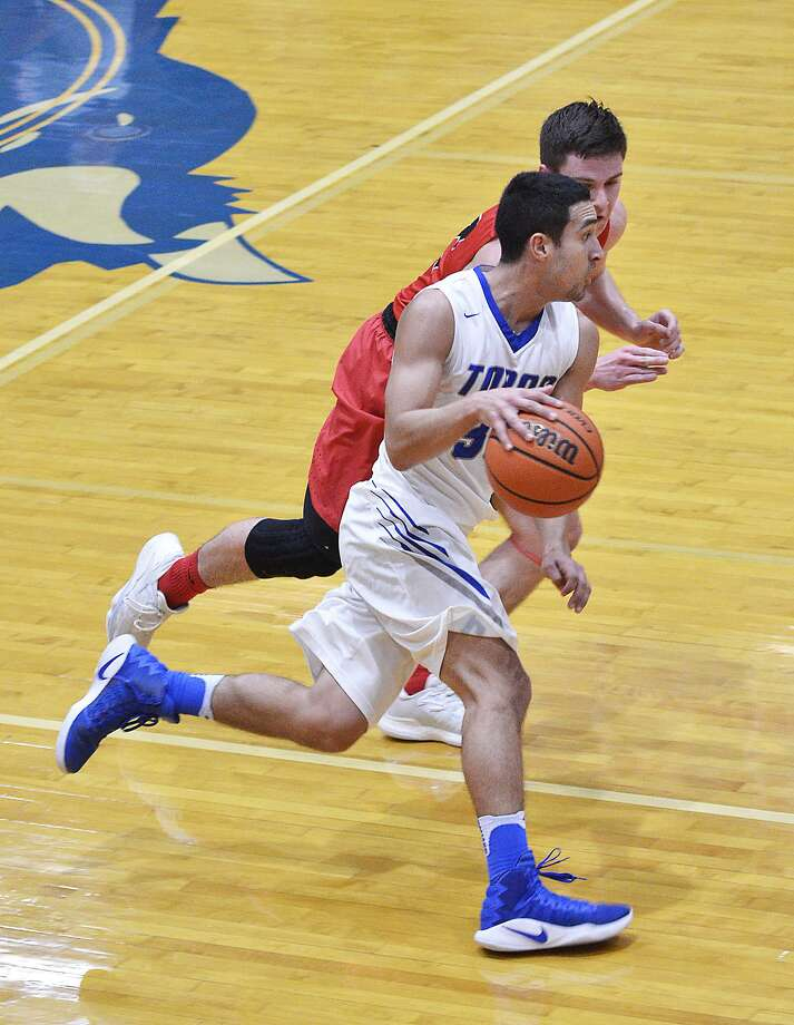 Cigarroa (12-20, 8-6 District 31-5A) fell to Roma 59-56 at home Friday night. Fraga's 3-pointer at the buzzer, a shot that would have forced OT, was no good. Photo: Cuate Santos /Laredo Morning Times File / Laredo Morning Times