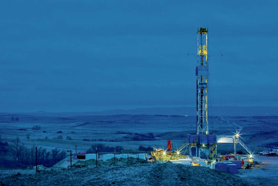 An oil drilling rig in the Bakken Shale of North Dakota. Photo: Marathon Oil / Â2008