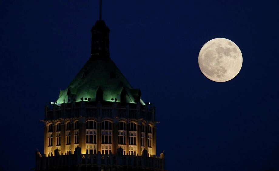 """A nearly full """"Supermoon"""" is pictured behind the Tower Life Building on Nov. 13, 2016. The building is one that has been suggested for viewshed protection. Photo: Edward A. Ornelas /San Antonio Express-News / © 2016 San Antonio Express-News"""