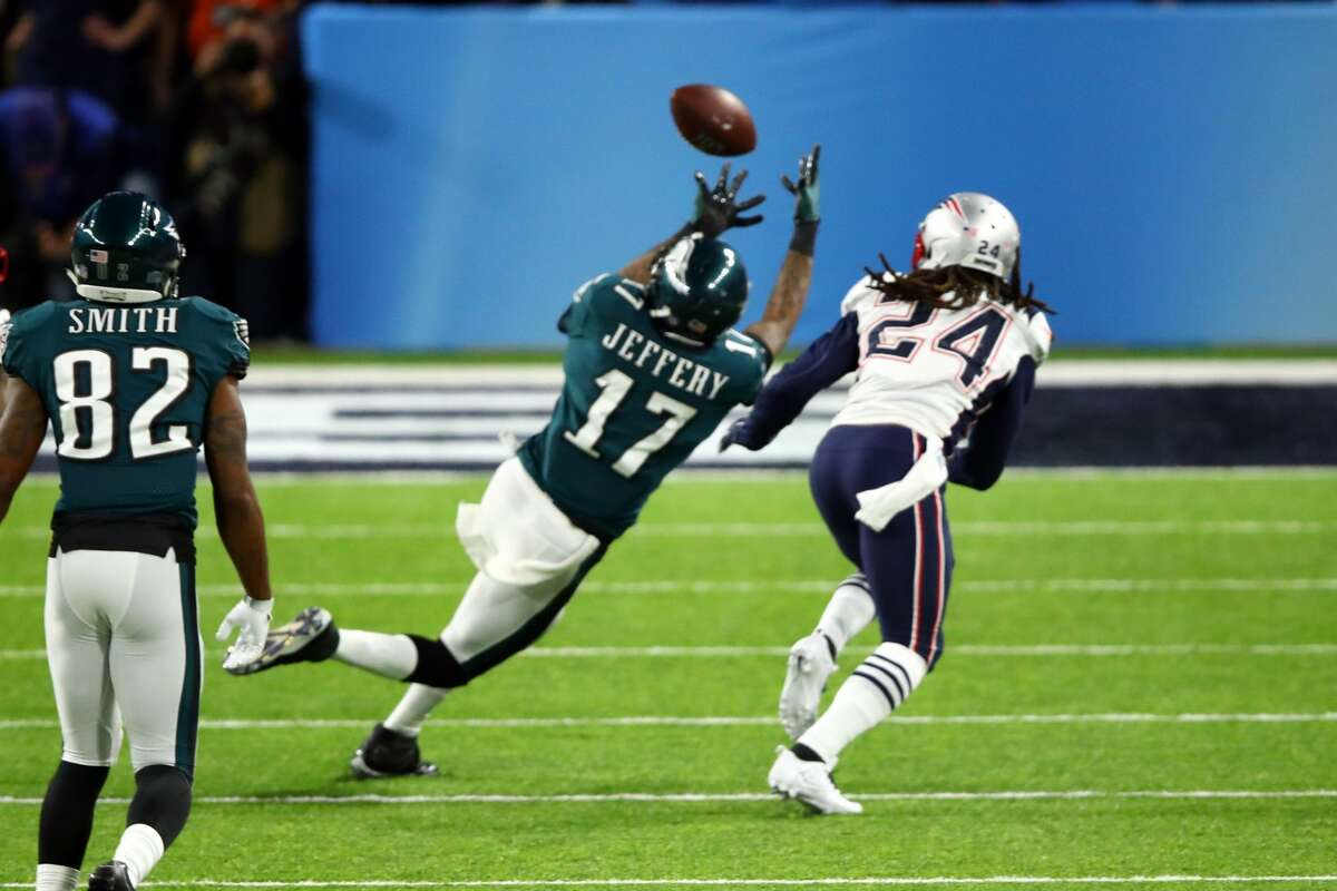 MINNEAPOLIS, MN - FEBRUARY 04: Alshon Jeffery #17 of the Philadelphia Eagles makes a catch against Stephon Gilmore #24 of the New England Patriots during the second quarter in Super Bowl LII at U.S. Bank Stadium on February 4, 2018 in Minneapolis, Minnesota. (Photo by Gregory Shamus/Getty Images)