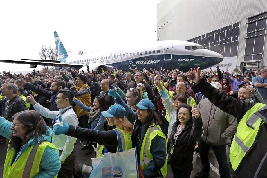 Los trabajadores de Boeing posan frente a un Boeing 737 MAX 7, la versión más nueva del avión más vendido de Boeing, para una foto grupal durante un debut para empleados y medios del nuevo avión el lunes 5 de febrero de 2018 en Renton, Washington. La compañía dice que el avión mejora el diseño de su predecesor, el 737-700, con más capacidad, rango y asientos.  Tras las próximas pruebas de vuelo, se espera que se entregue a los clientes de las aerolíneas a partir de 2019. (AP Photo / Elaine Thompson) Foto: Elaine Thompson / AP