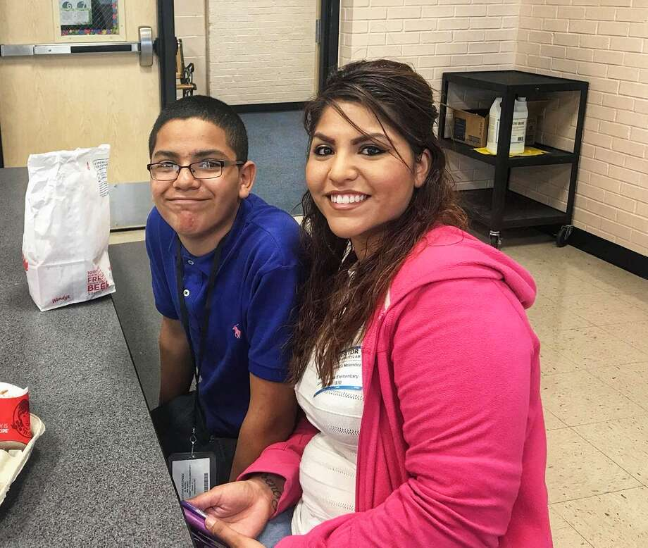 Franks Elementary School hosted aspecial lunch event last week in honor of campus moms. Staff and students showed their appreciation and enjoyed lunch with more than 150 mothers. Campus administration plans to host these special lunch events every month. Photo: Courtesy Photos