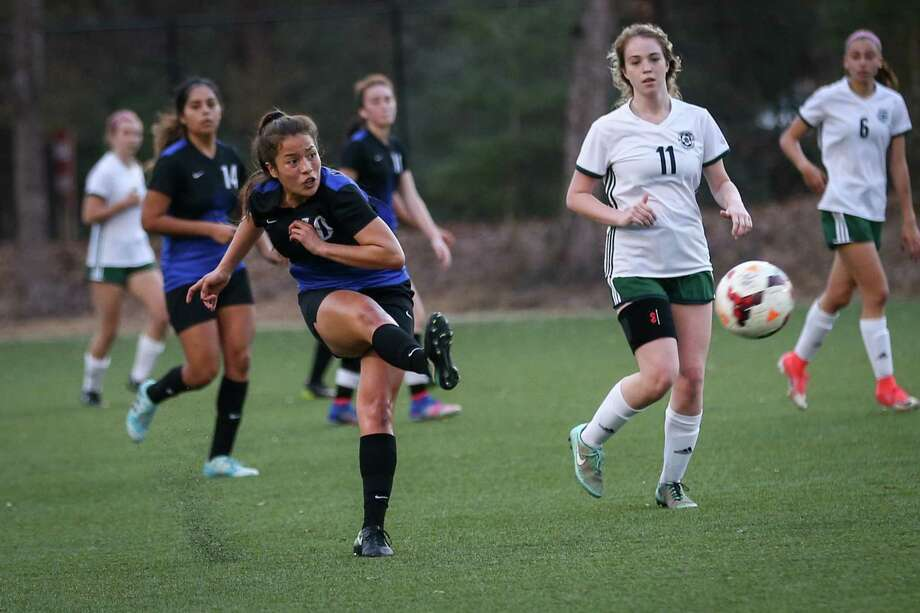New Caney's Emily Serrato (10) kicks the ball during the girls soccer game against College Park on Saturday, Jan. 20, 2018, at the Gosling Sports Complex. (Michael Minasi / Houston Chronicle) Photo: Michael Minasi, Staff Photographer / © 2017 Houston Chronicle