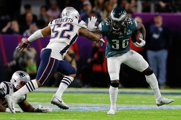 MINNEAPOLIS, MN - FEBRUARY 04: Jay Ajayi #36 of the Philadelphia Eagles carries the ball against Elandon Roberts #52 of the New England Patriots during the second quarter in Super Bowl LII at U.S. Bank Stadium on February 4, 2018 in Minneapolis, Minnesota.