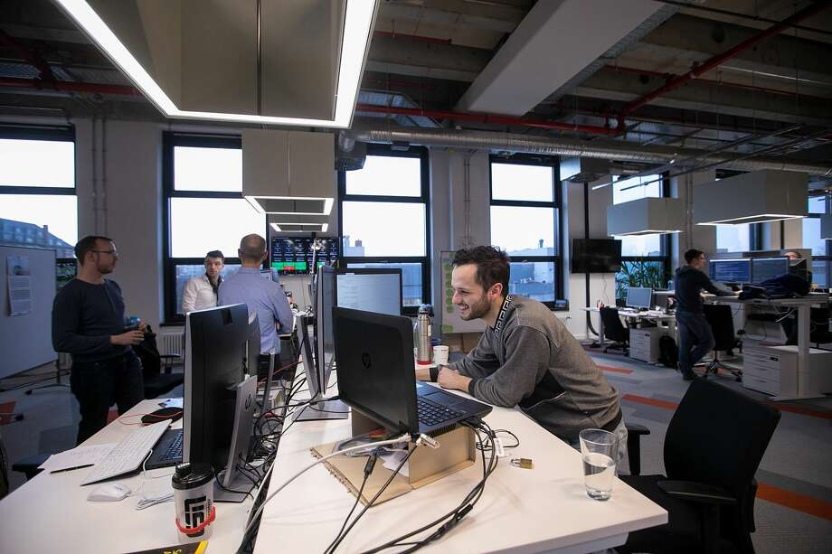 Employees stand at desks at a Robert Bosch office in Berlin on Jan. 18, 2018. MUST CREDIT: Bloomberg photo by Krisztian Bocsi. Photo: Krisztian Bocsi/Bloomberg