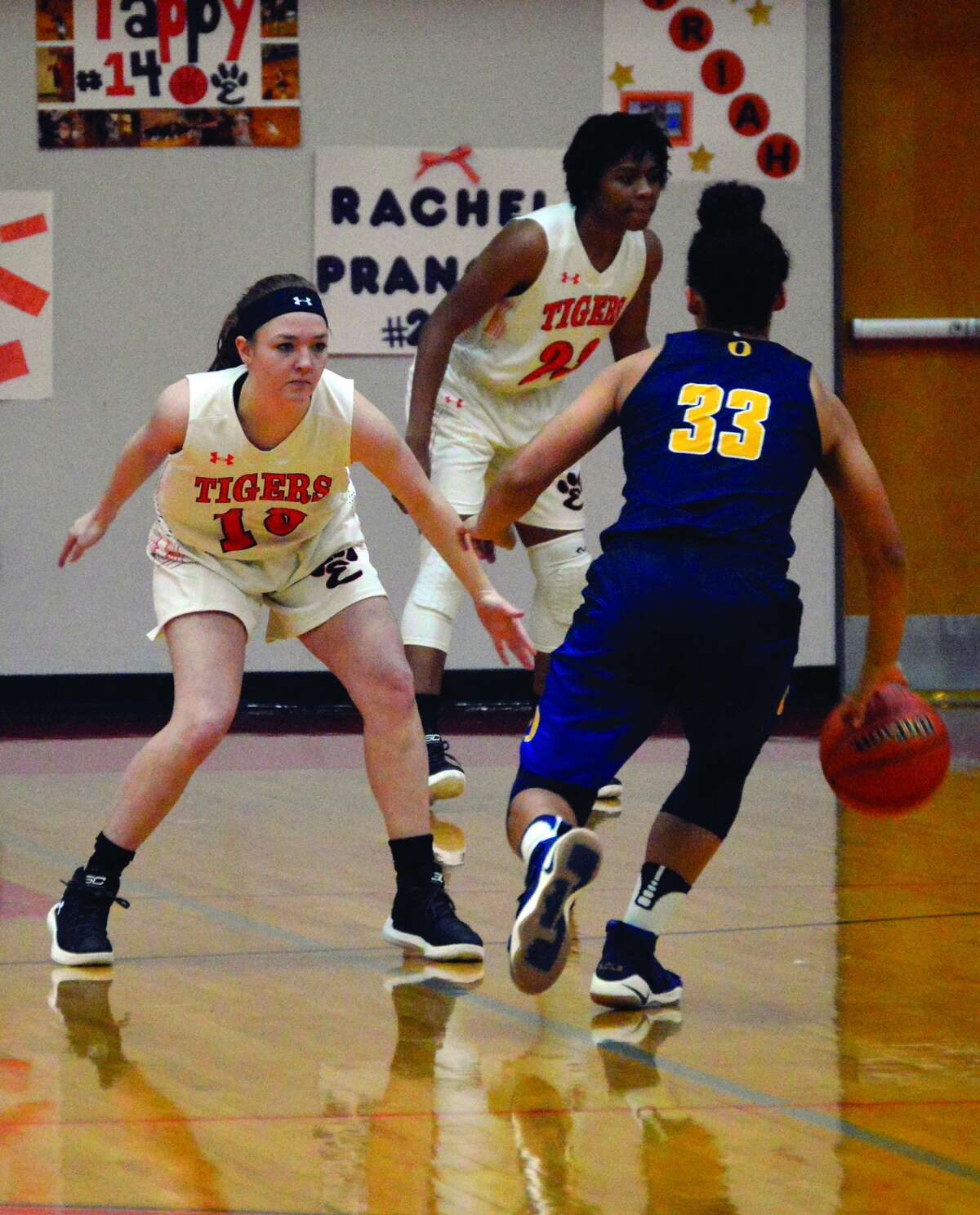 Edwardsville senior guard Rachel Vinyard plays defense in the first quarter.