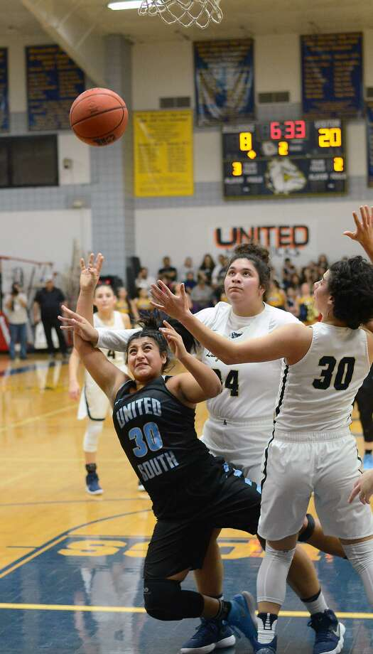 Evelyn Cruz finished with 12 points as United South won at Alexander in a battle for the District 29-6A championship Tuesday, 57-52. Photo: Cuate Santos /Laredo Morning Times / Laredo Morning Times