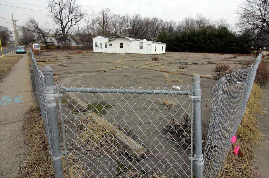 A view of an empty business and lot for sale at the intersections of Willow Ave and Ferry Boulevard in Stratford, Conn., on Tuesday Feb. 6, 2018. The plan is for a large apartment building to be built there. Photo: Christian Abraham / Hearst Connecticut Media / Connecticut Post