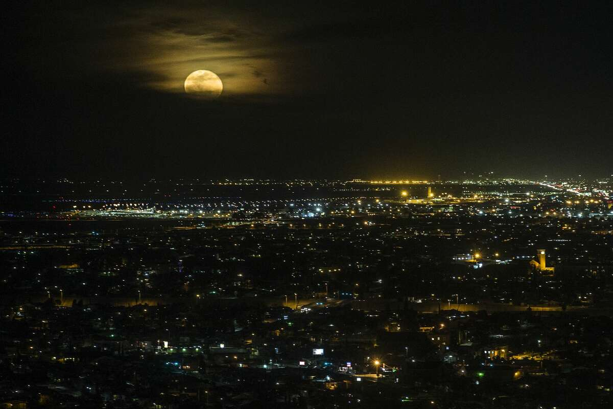 The moon rises over the city of El Paso, as seen from the Scenic Drive Overlook, on Thursday, Feb. 1, 2018, in El Paso, Texas. ( Brett Coomer / Houston Chronicle )