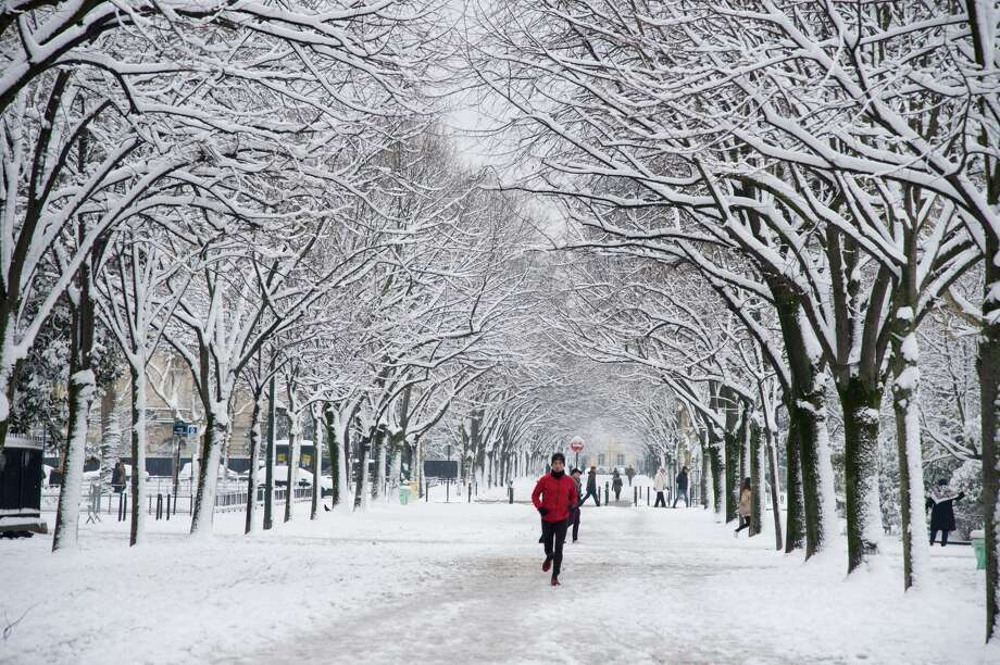 A view of the Champs de Mars as snow falls on February 7, 2018 in Paris, France.According to the weather forecast, it will snow heavily during the night  and it might cause disruption in Paris and its suburbs. Photo: Thierry Orban/Getty Images