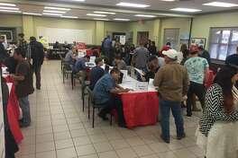 Laredenses acudieron a la feria de empleos T.H.E. Job Fair el jueves por la tarde.