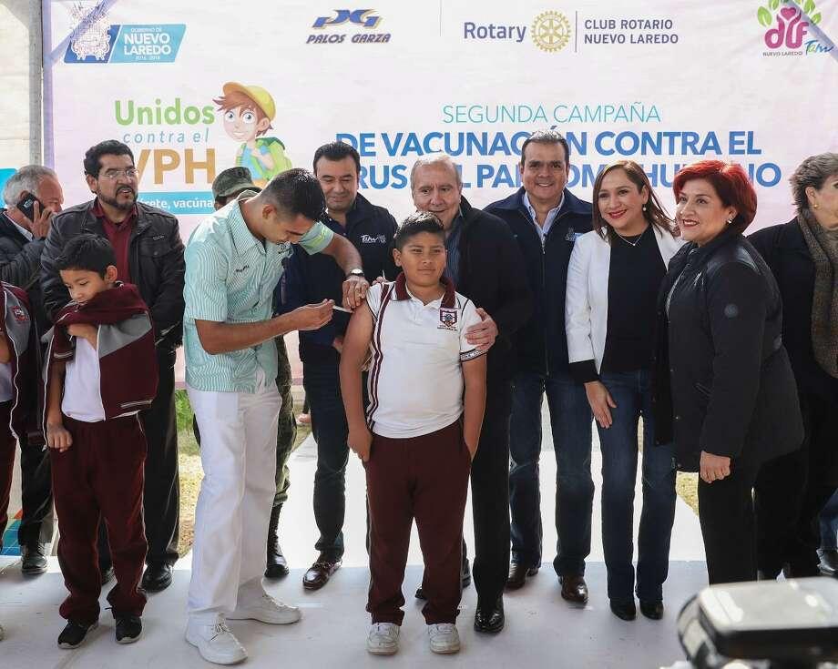 Un pasante de enfermería aplica la vacuna contra el VPH a un estudiante de la escuela primaria Gabriel Saldívar. Photo: Foto De Cortesía