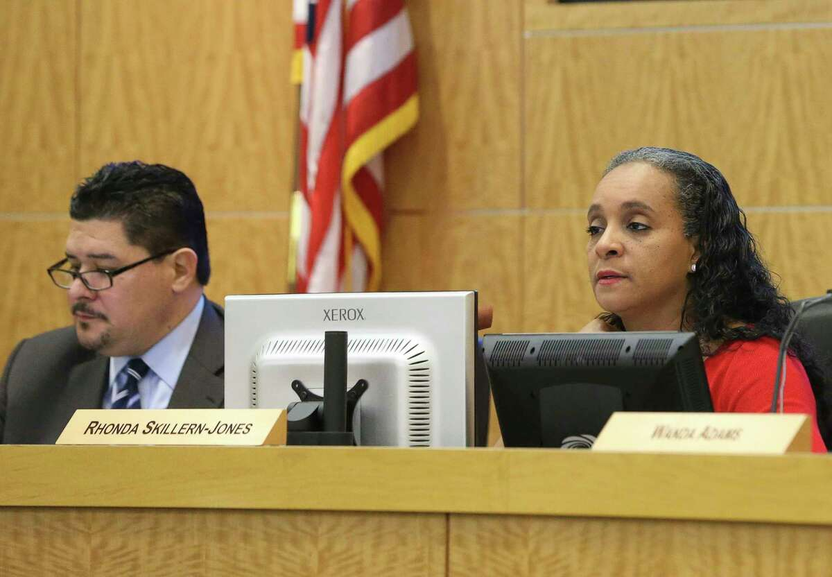 Houston ISD Superintendent Richard A. Carranza, left, and trustee Rhonda Skillern-Jones in a public meeting at Hattie Mae White Educational Support Center on Thursday, Feb. 8, 2018, in Houston.