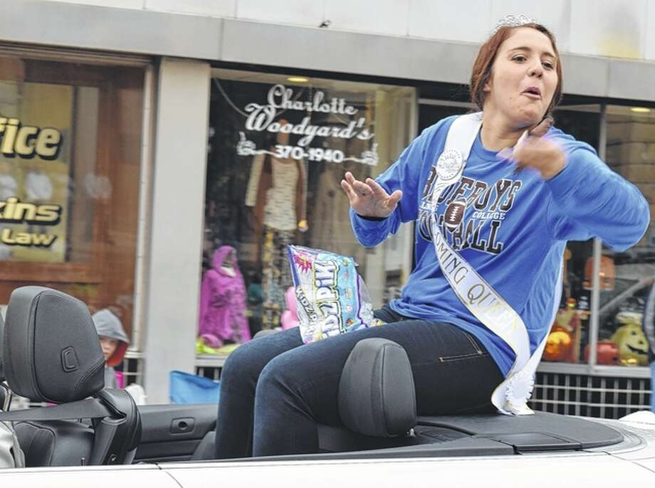 Illinois College 2016 Homecoming Queen Mel Sobrio throws candy to spectators at the Illinois College homecoming parade on Saturday. Photo: Samantha McDaniel-Ogletree | Journal-Courier