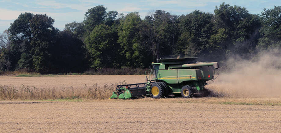 Bluffs and Chapin farmers banded together Monday to help harvest several hundred acres of corn and soybeans from fields owned by Don Schone, who died before the harvest. Photo: Samantha McDaniel-Ogletree | Journal-Courier