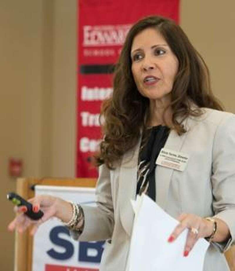ITC Director Silvia Torres-Bowman presents at SIUE.