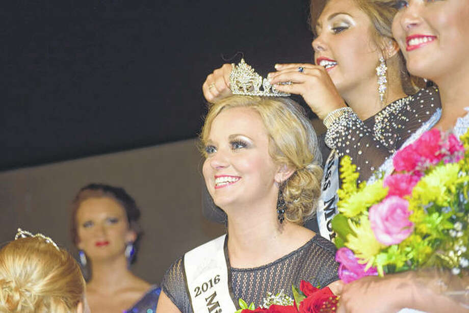 Taylor Zoerner is crowned the 2016 Morgan County Fair queen by 2015 queen Abby Tomhave.
