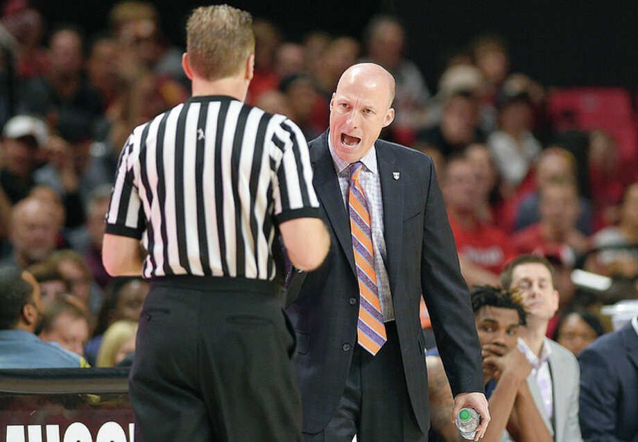 Illinois head coach John Groce, right, reacts during the second half of his team's Dec. 27 loss at Maryland. The Illini play at 4 p.m. Saturday at Indiana. Photo: AP