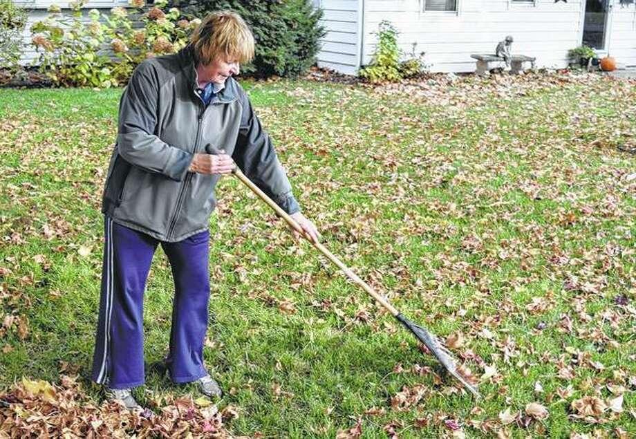 Jane Truitt of South Jacksonville rakes leaves Monday in her yard along Hardin Road. Photo: Samantha McDaniel-Ogletree | Journal-Courier