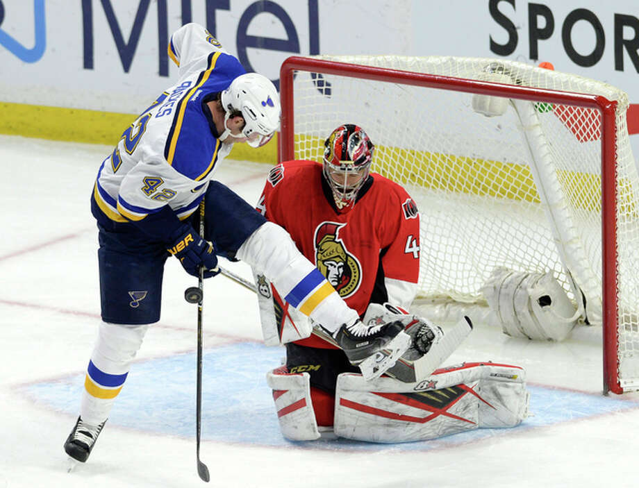 Ottawa Senators goaltender Craig Anderson guards the net as the Blues' David Backes tries to deflect the puck Tuesday night in Ottawa, Ontario. Photo: AP