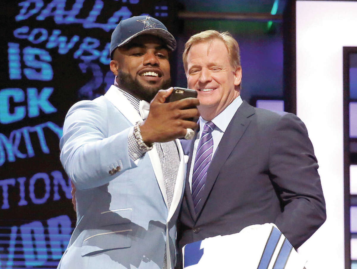 Ohio Stateճ Ezekiel Elliott takes a selfie with NFL commissioner Roger Goodell after being selected by Dallas Cowboys as the fourth pick in the first round of the 2016 NFL football draft, Thursday, April 28, 2016, in Chicago. (AP Photo/Charles Rex Arbogast)