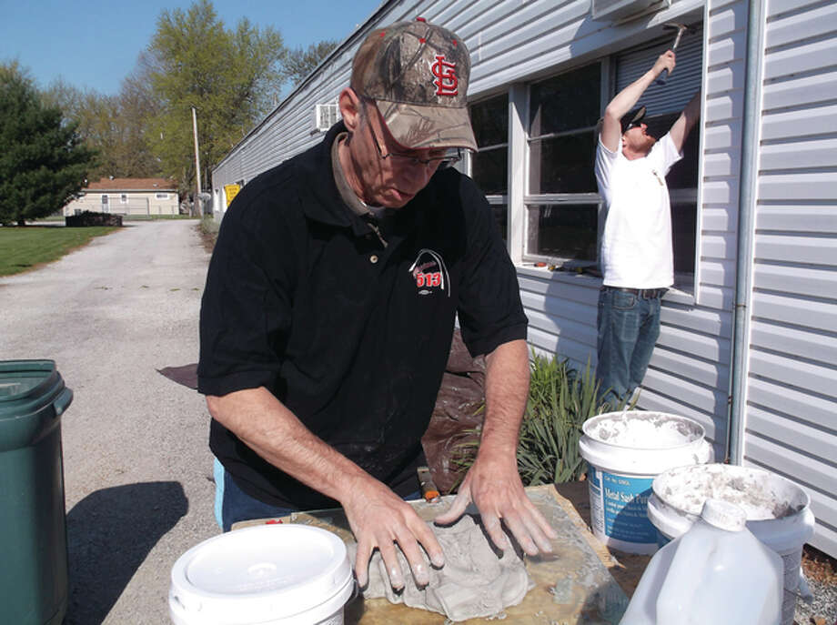 Eighteen volunteers from Local 513 of Glaziers, Architectural Metal and Glass Works, affiliated with Painters District Council 58 of St. Louis and Southern Illinois, showed up at the faith-based charity on April 16.