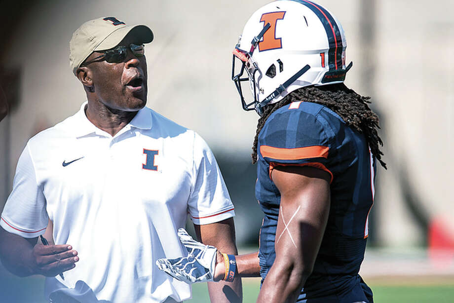 Illinois coach Lovie Smith, left, talks to defensive back Jaylen Dunlap during Saturday's loss to Western Michigan at Memorial Stadium in Champaign. Photo: AP