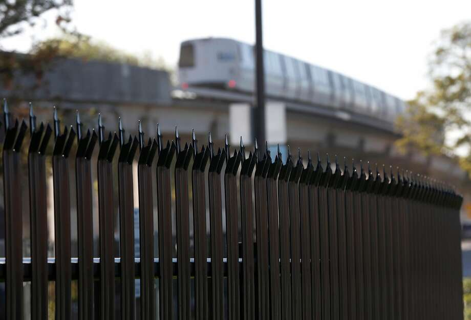 BART in stalled a fence to pre vent home less people from return ing, but it has angered Berkeley resi dents, some of whom originally wanted the campers out. Photo: Paul Chinn, The Chronicle