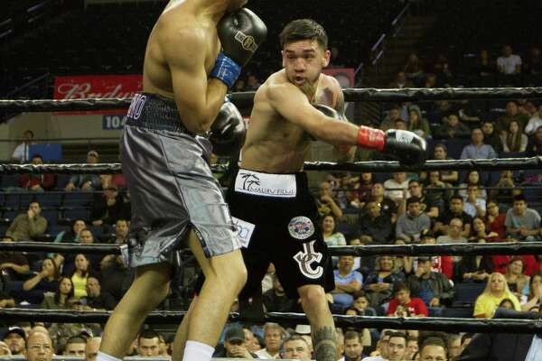 Jorge Castañeda was upset in the sixth round by technical knockout against Randy Moreno Ochoa in Fight Fest 16 Friday night at Laredo Energy Arena.