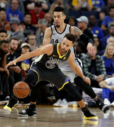 Stephen Curry (30) loses control of the ball while defended by Danny Green (14) in the first half as the Golden State Warriors played the San Antonio Spurs. Photo: Carlos Avila Gonzalez, The Chronicle