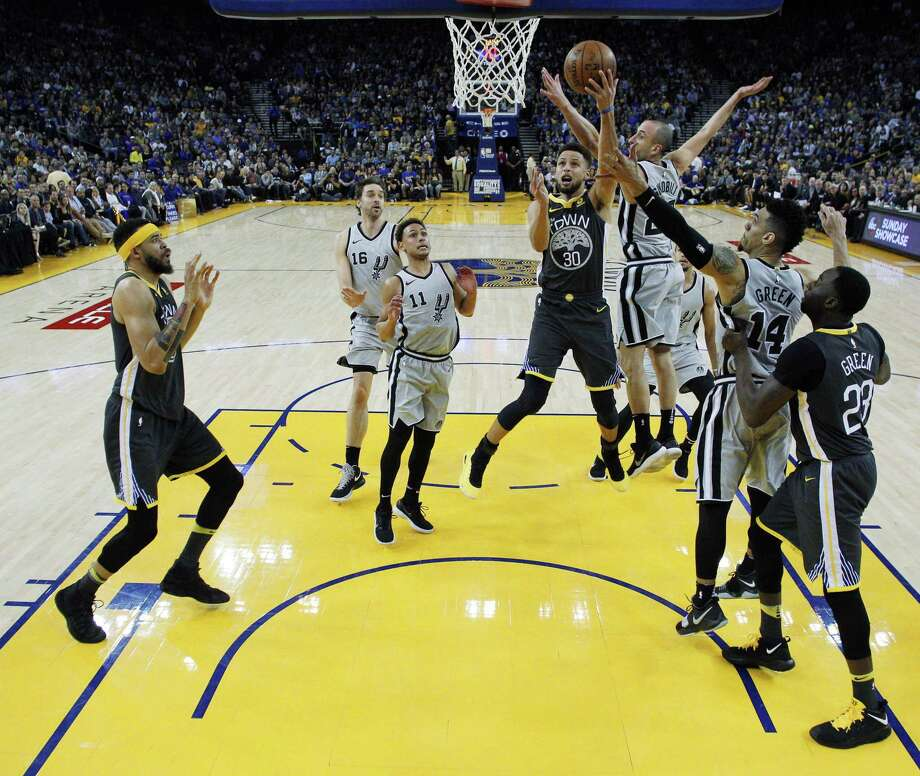 Stephen Curry (30) drives to the basket in the first half as the Golden State Warriors played the San Antonio Spurs at Oracle Arena in Oakland, Calif., on Saturday, February 10, 2018. Photo: Carlos Avila Gonzalez / The Chronicle / San Francisco Chronicle - Carlos Avila Gonzalez