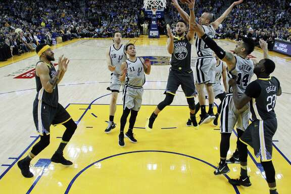 Stephen Curry (30) drives to the basket in the first half as the Golden State Warriors played the San Antonio Spurs at Oracle Arena in Oakland, Calif., on Saturday, February 10, 2018.