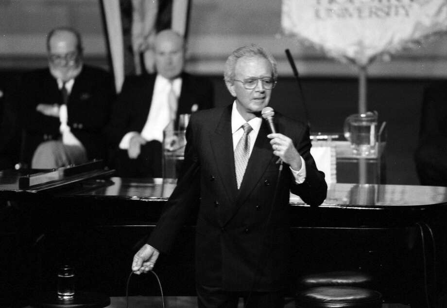 Popular vocalist Vic Damone sings in tribute to Frank Sinatra at an event in Hempstead, N.Y., on Nov. 12, 1998. Photo: VIC DELUCIA, NYT